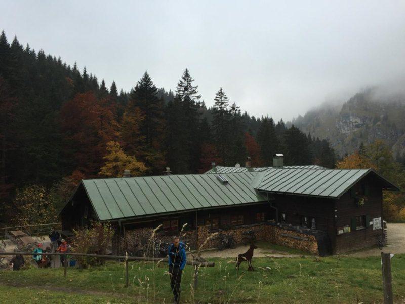 Kenzenhütte mit Stefan Fredlmeier und der Rest der Wandergruppe dann im Hintergrund