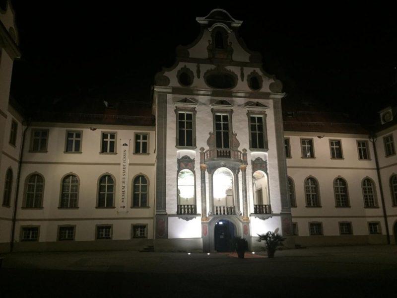 Museum der Stadt Füssen vom Innenhof aus bei Nacht