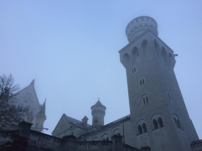 Blick nach oben im Nebel des Innenhofs vom Schloss Neuschwanstein