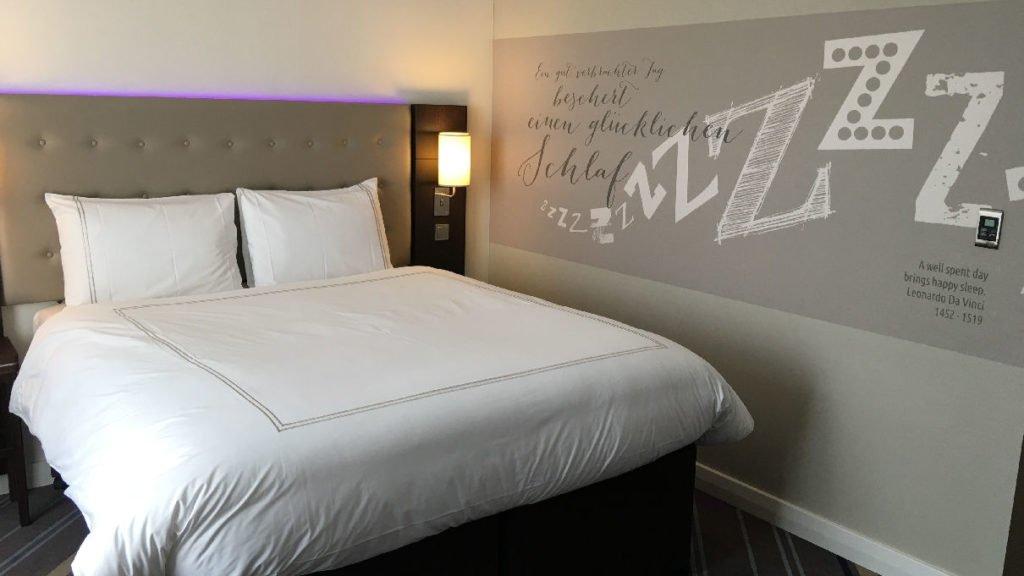Blick zurück auf das Doppelbett im Premier Inn Frankfurt