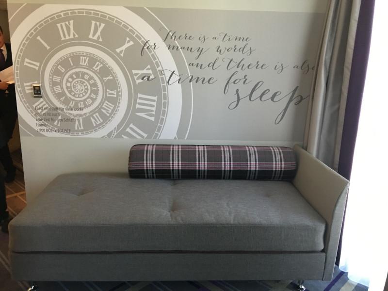 So sieht das Sofa aus, wenn es nicht wie in meinem Zimmer im Premier Inn Frankfurt als Bett umgebaut wurde