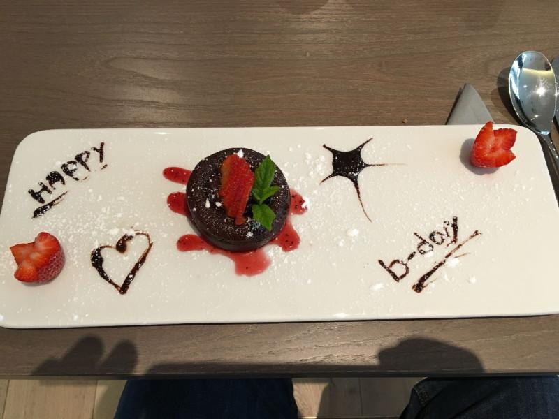 Extra für mich zubereiteter Geburtstagskuchen, lecker warm im Hotel Premier Inn Frankfurt