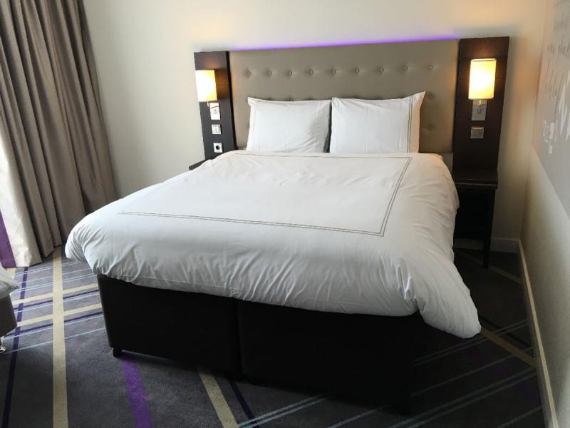 Bett mit Hypnos Matratze im Hotel Premier Inn Frankfurt