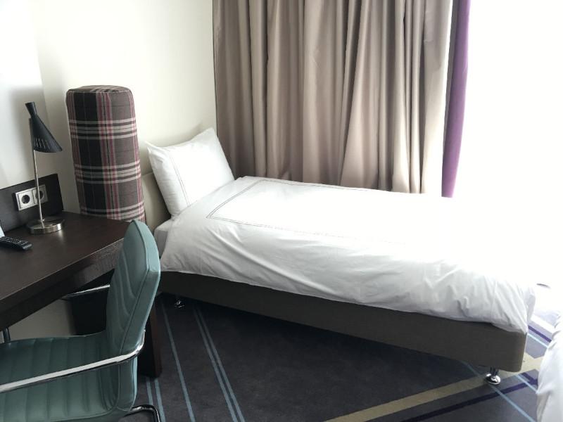 Zusätzliches Bett im Zimmer neben meinem Doppelbett
