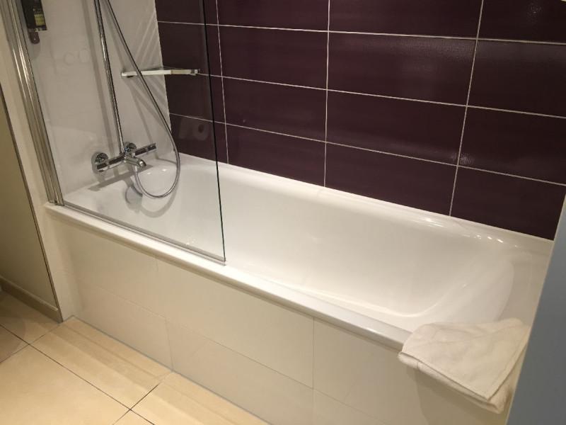 Eine der 17 Badewannen im Premier Inn Frankfurt