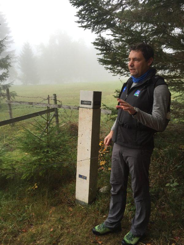 Jan Schubert, Tourismusdirektor von Pfronten, an der Eingangsstele