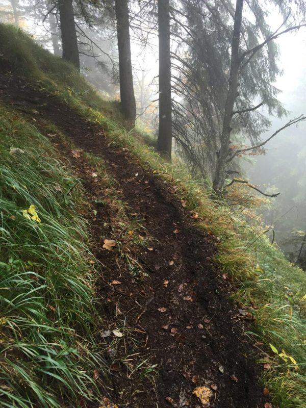 Schmaler Wanderweg auf der Kante - ein wenig Vorsicht ist da schon angebracht