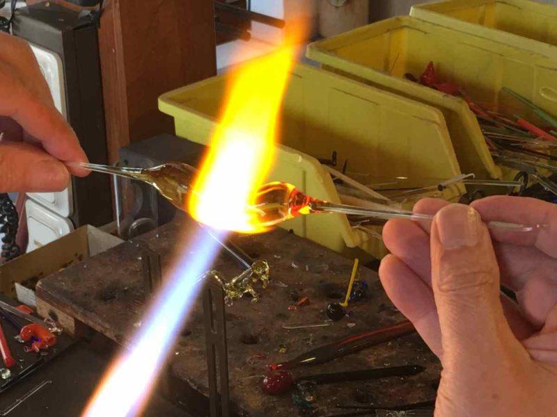 Glas wird erhitzet in der Flamme mit rund 1.600 Grad