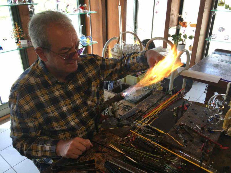 Glasbläser Roland Ehrhardt bei der Arbeit in seiner Tier- und Kunstglasbläserei in Schmiedefeld