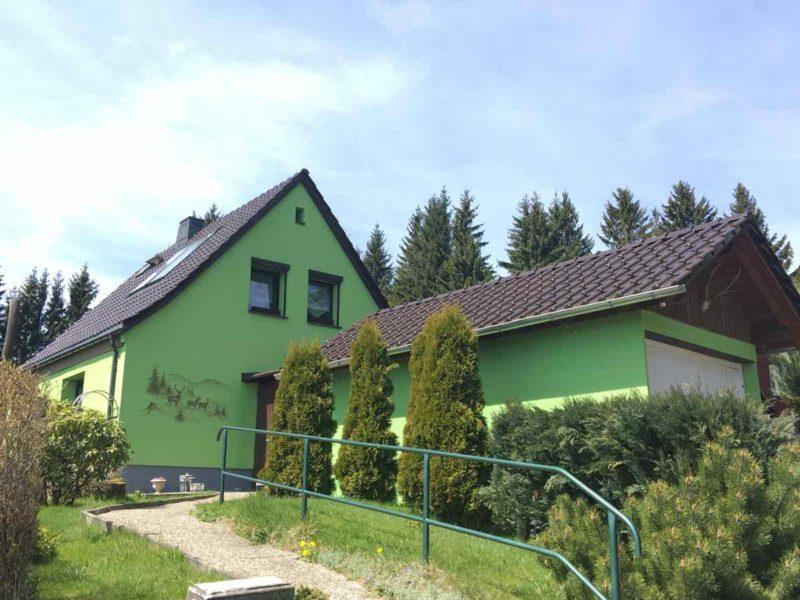 Grünes Haus auf grüner Wiese im grünen Thüringen