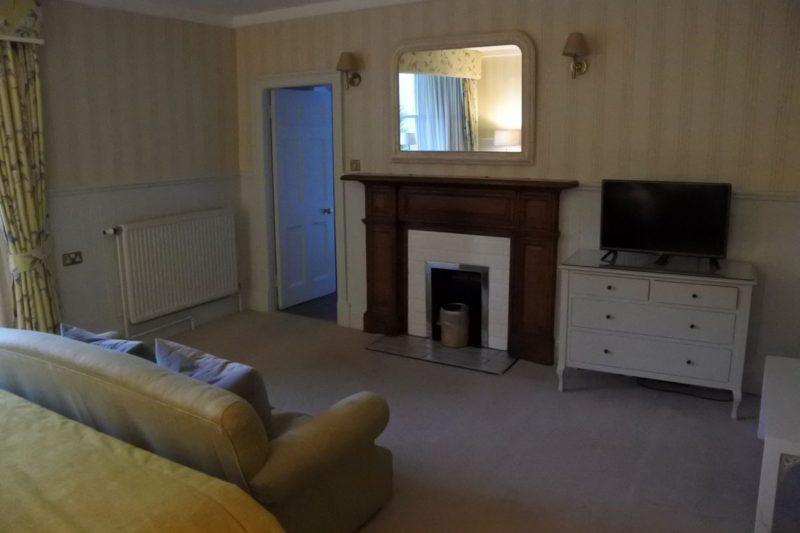 Spigel, TV und ein ehemaliger Kamin im Bilbirnie House Hotel in Markinch in Fife / Schottland