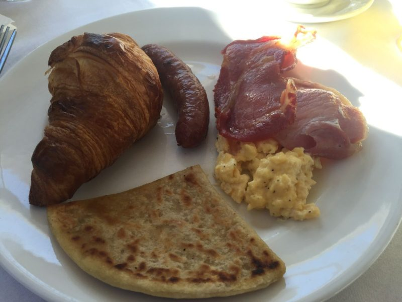 Mein Frühstück im Balbirnie House Hotel: pancakes, scrumbled eggs, ham, sausages und croissant