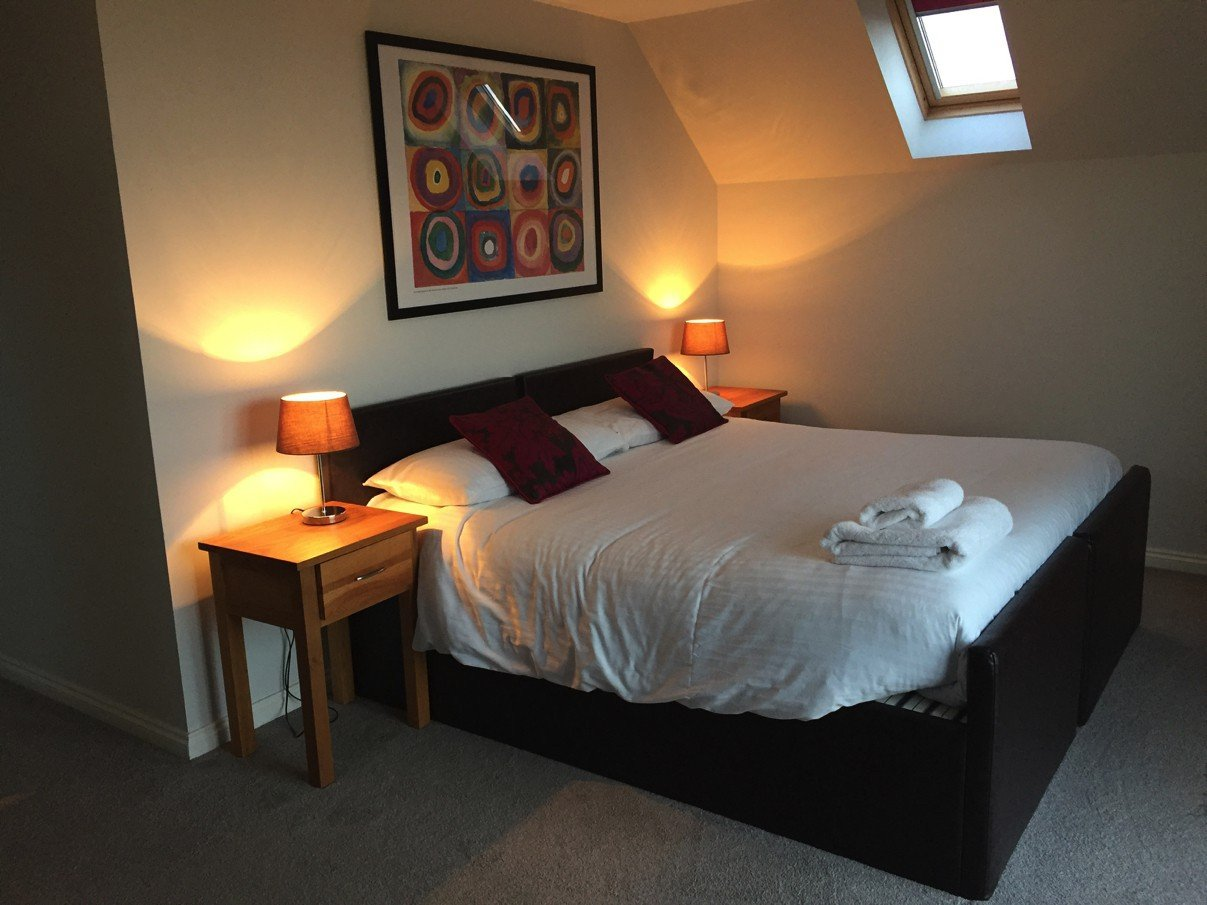 Blick auf das Bett in Romys Zimmer im Morton of Pitmilly Farm House
