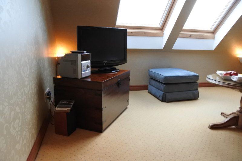 Fernseher, Stereoanlage und ein Sitzpolster im The Peat Inn