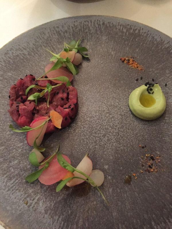 Rindertartar mit Avocado und Wasabi Püree mit Koriander als erster Gang im The Peat Inn Restaurant