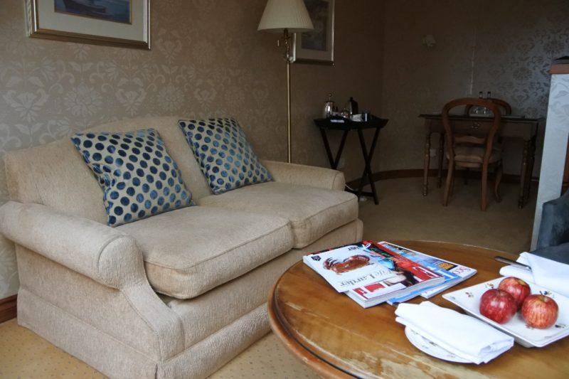 Sofa im oberen Bereich der Suite im The Peat Inn Hotel