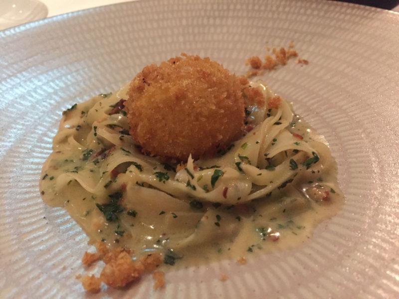 3. Gang: Schwarzwurzel Carbonara mit einem knusprigen Ei und Trüffeln im The Peat Inn Restaurant