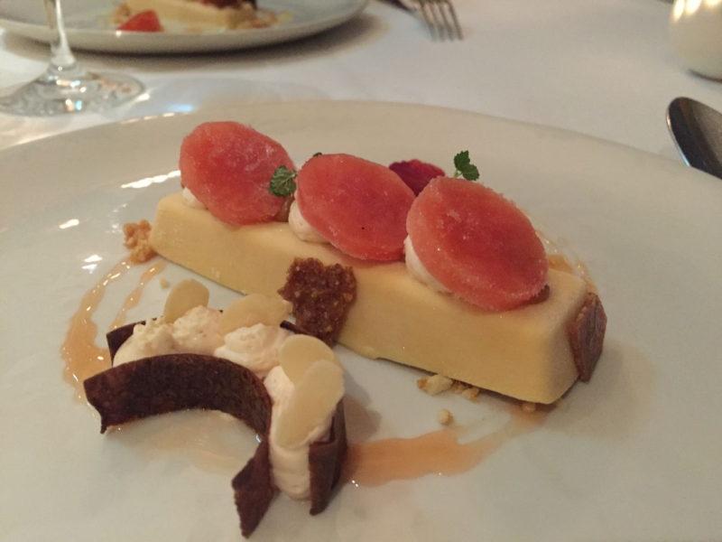 Karamellparfait, geeiste Blutorangen und Blutorangenmousse als Dessert im The Peat Inn Restaurant