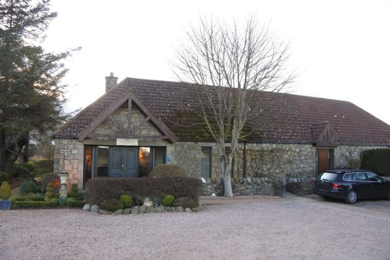 Ein Blick auf den Eingang des The Peat Inn Hotels in Fife / Schottland