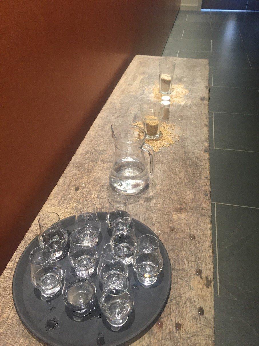 Es gibt auch Wasser zu verkosten bei Kingsbarns Distillery