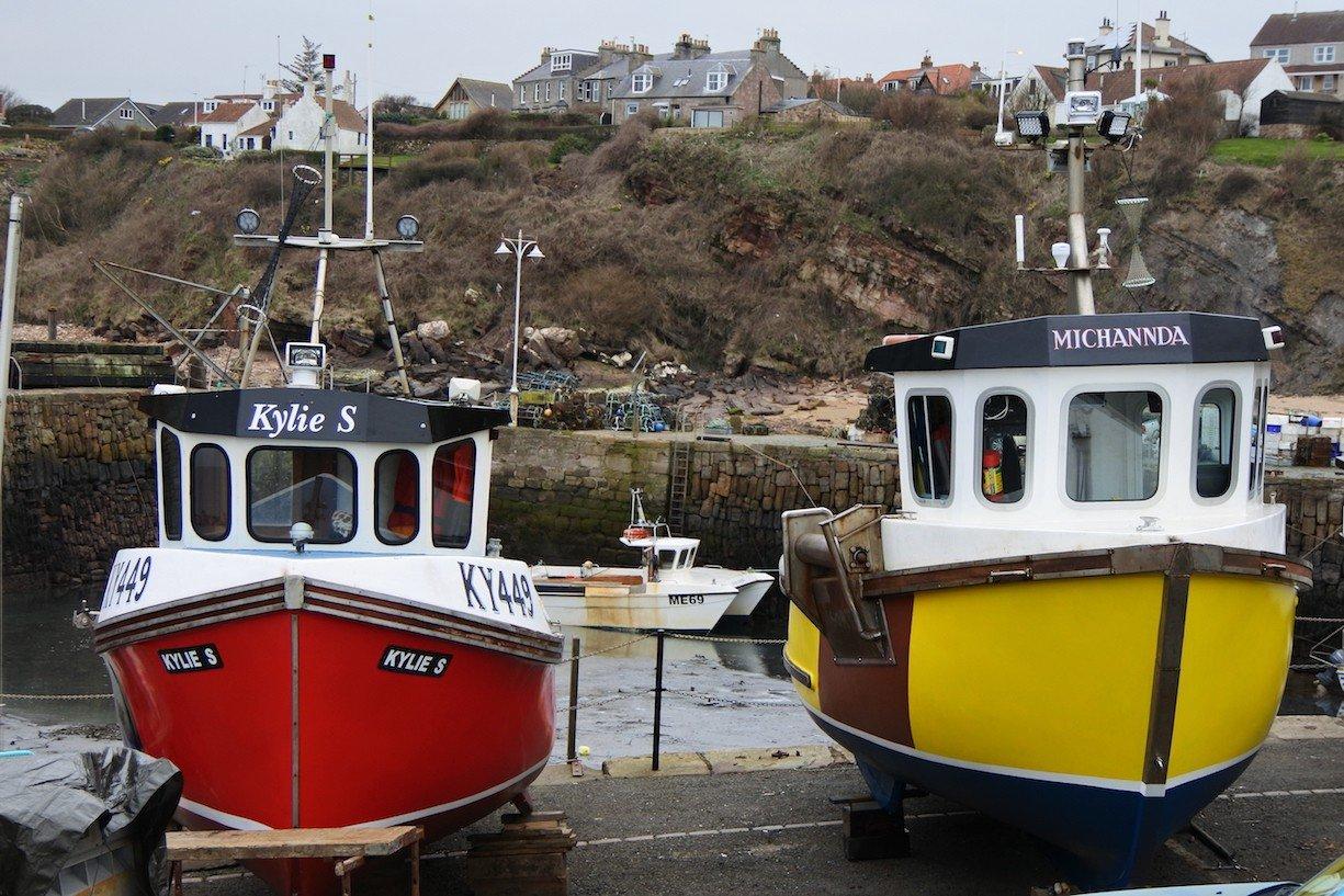 Farbenprächtige Boote im Hafen von Crail in Fife/Schottland