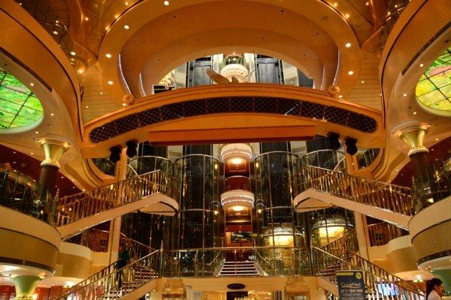Das Atrium mit gläsernen Aufzügen
