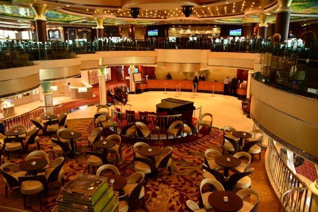 Das Atrium ist der zentrale Anlaufpunkt auf dem Schiff