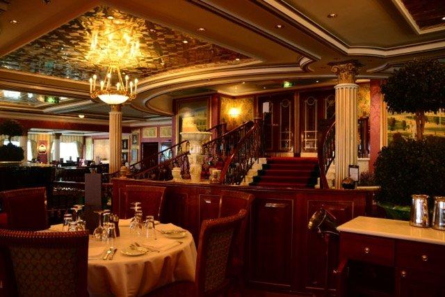 Das Hauptrestaurant Versailles ist an das gleichnamige Schlosse angelehnt
