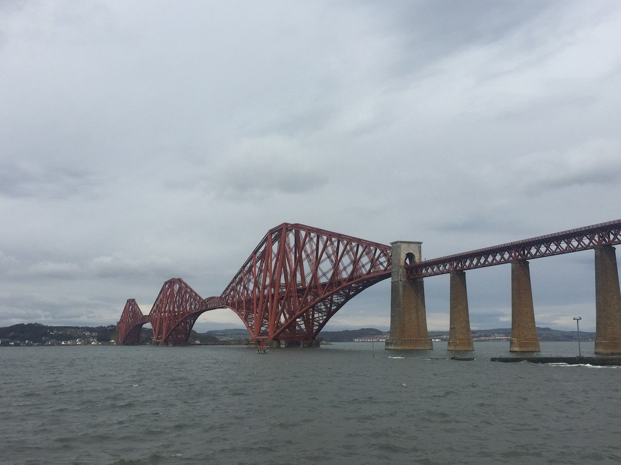 Die Forth Bridge von South Queensferry her gesehen