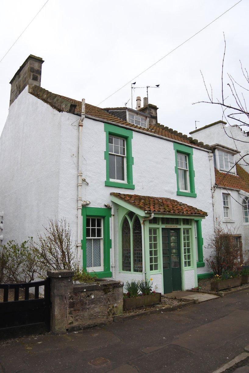 Grüne Fensterverkleidungen am Haus in Crail