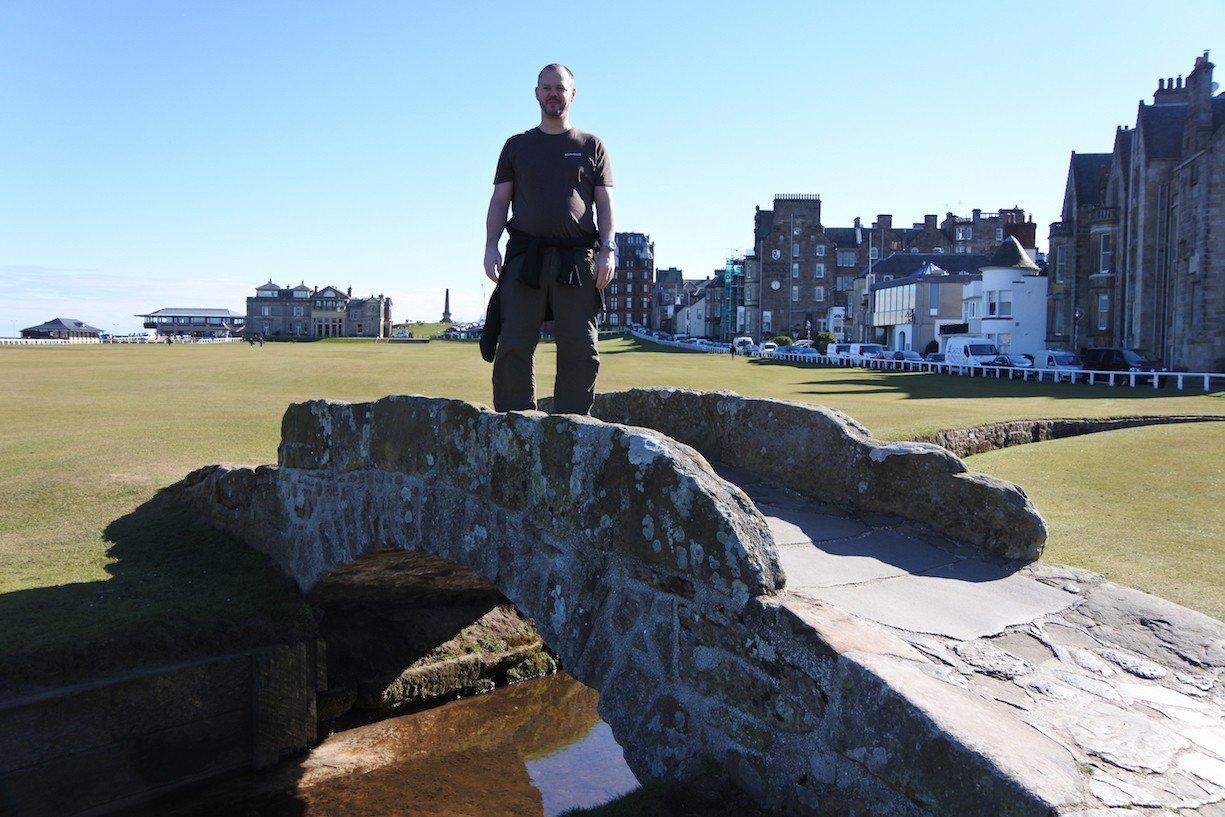 Ich auf der Swilcan Bridge auf dem Old Course in St Andrews