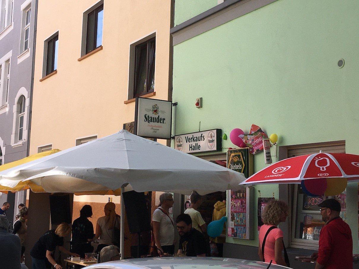 Kiosk Sven Lauer kurz nach 16 Uhr - schon eine lange Schlange zu erkennen im Hintergrund