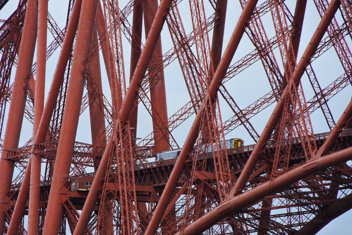 Detailaufnahme der Forth Bridge mit Zug