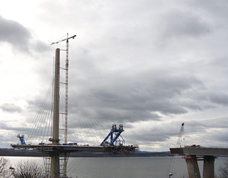 Queensferry Crossing Bridge neben der Forth Road Bridge