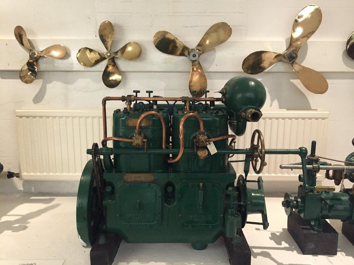 Ein Motor und Schiffsschrauben im Scottish Fisheries Museum in Anstruther in Fife/Schottland