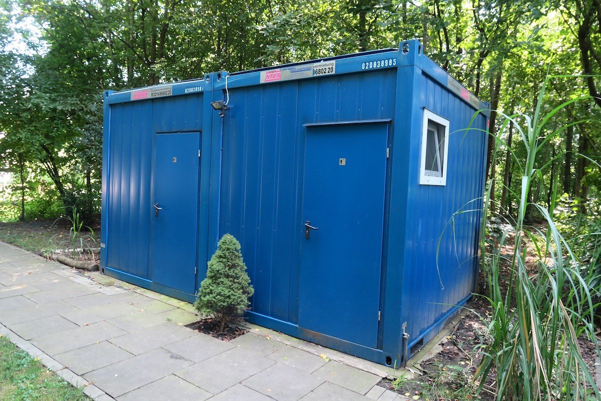 Waschraum, Toilette und Dusche für Männlein / Weiblein im Bernepark für die Übernachtungsgäste