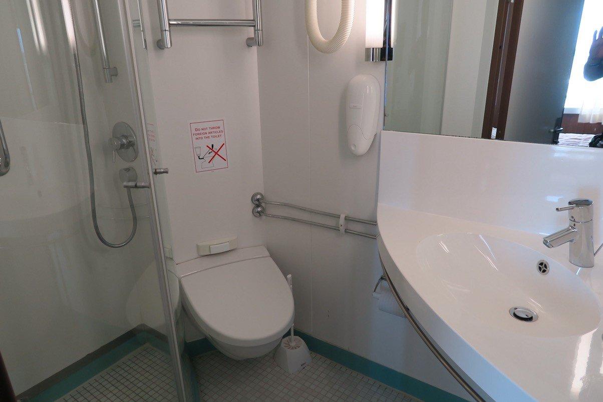 Das Bad - für eine Person durchaus ausreichend Platz, wie ich finde