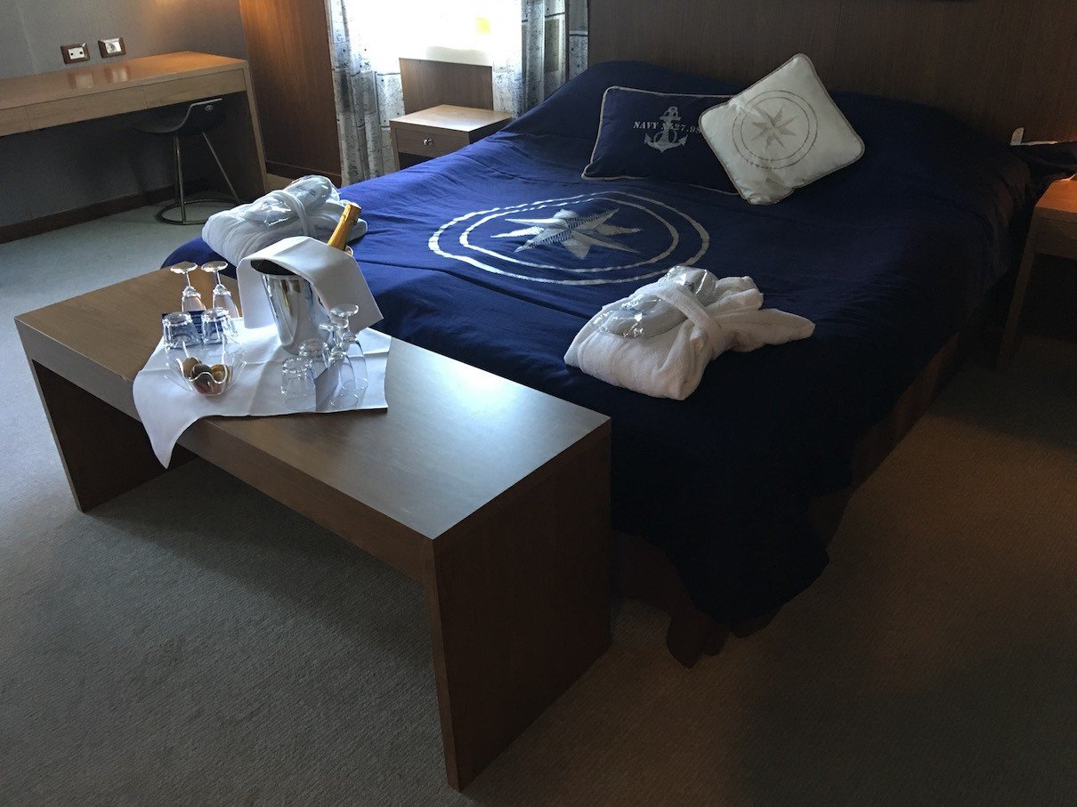 Bett mit Sekt in der Ownerssuite der Finnstar