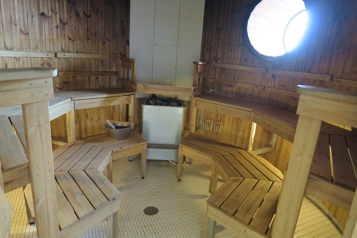 Ein kurzer Blick in die Sauna der Finnstar- schaut gemütlich aus, wenige Minuten später war sie dann auch belegt