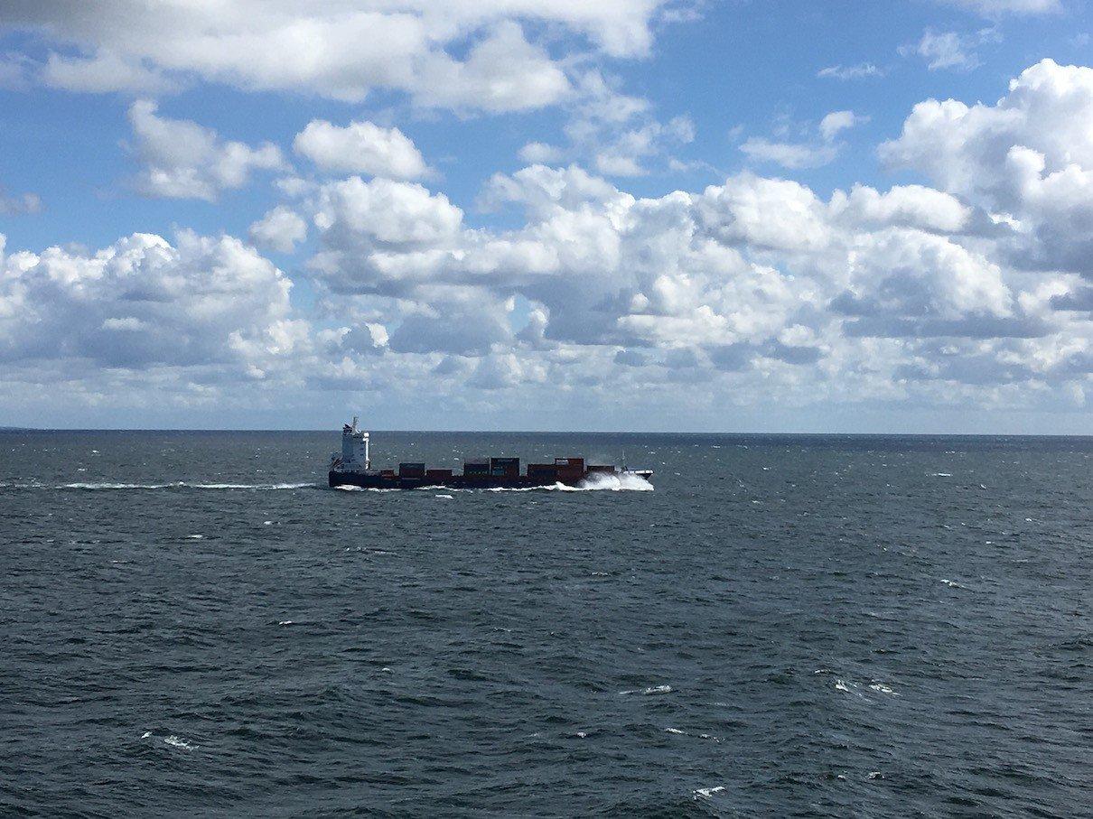 Hier siehst Du, dass es durchaus Wellengang auf der Ostsee gibt, wenn Du die Gischt am Bug des vorbei fahrenden Schiffes auf der Ostsee aufmerksam betrachtest