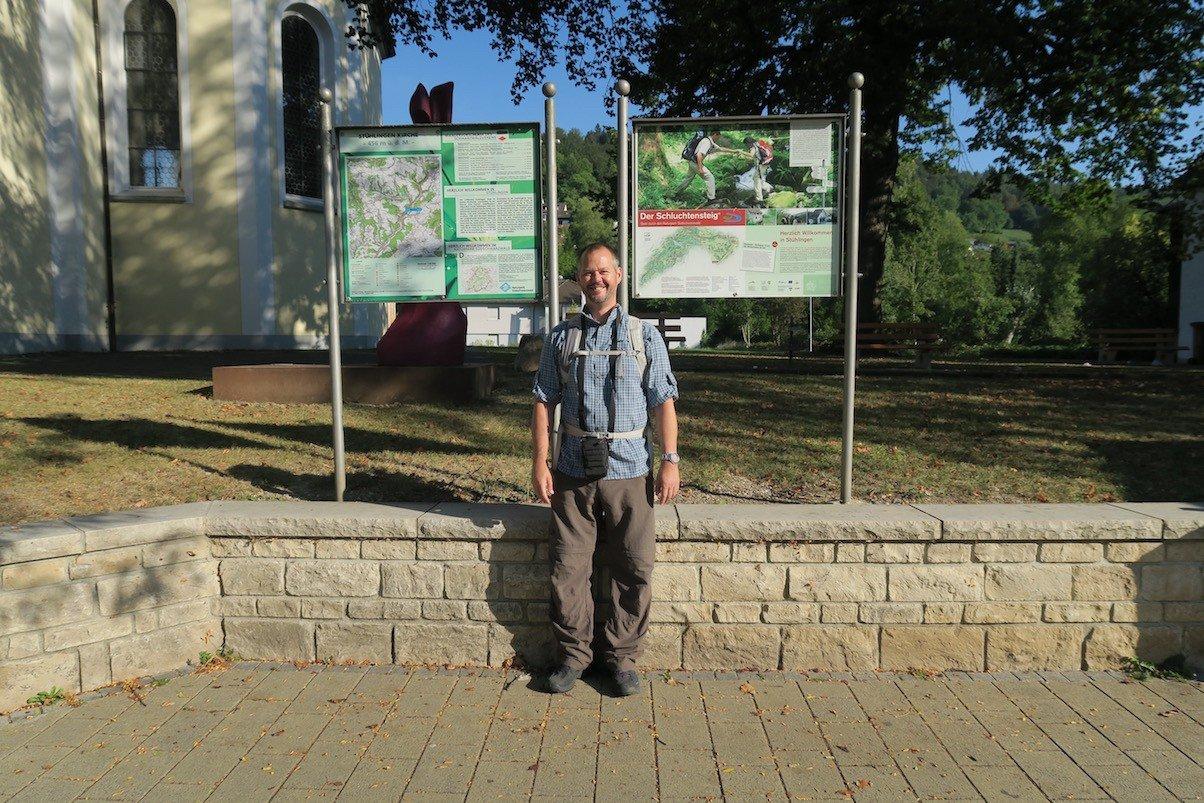 Ich am Startpunkt des Schluchtensteigs in Stühlingen vor den Infotafeln