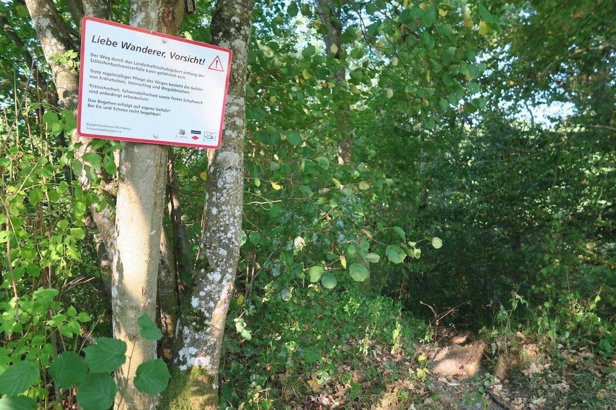 Warnhinweis, kurz bevor es zu den Kaskaden des Schleifenbach runter geht auf dem Schluchtensteig