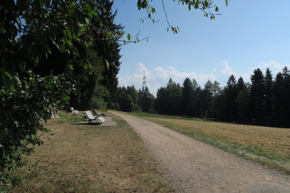 Sinusbänke am Wanderparkplatz mit Grillplatz