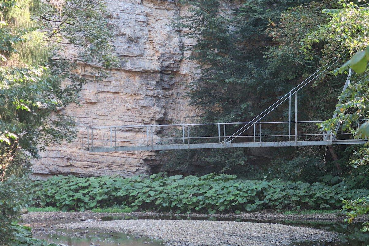 Ein Stück der alten Brücke steht in der Wutachschlucht auf dem Schluchtensteig