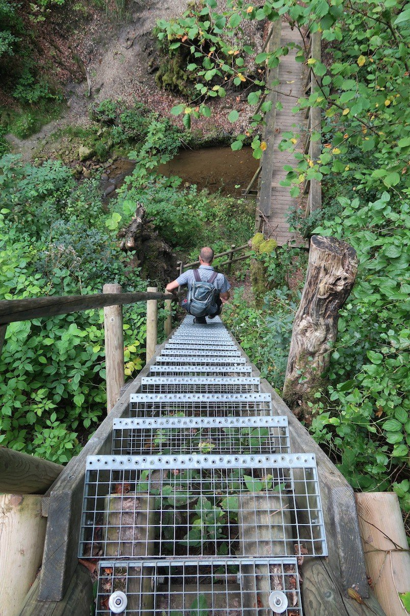 Der Wutachranger Martin läuft vor mir die steile Treppe zu den Wasserfällen vom Schleifenbach runter