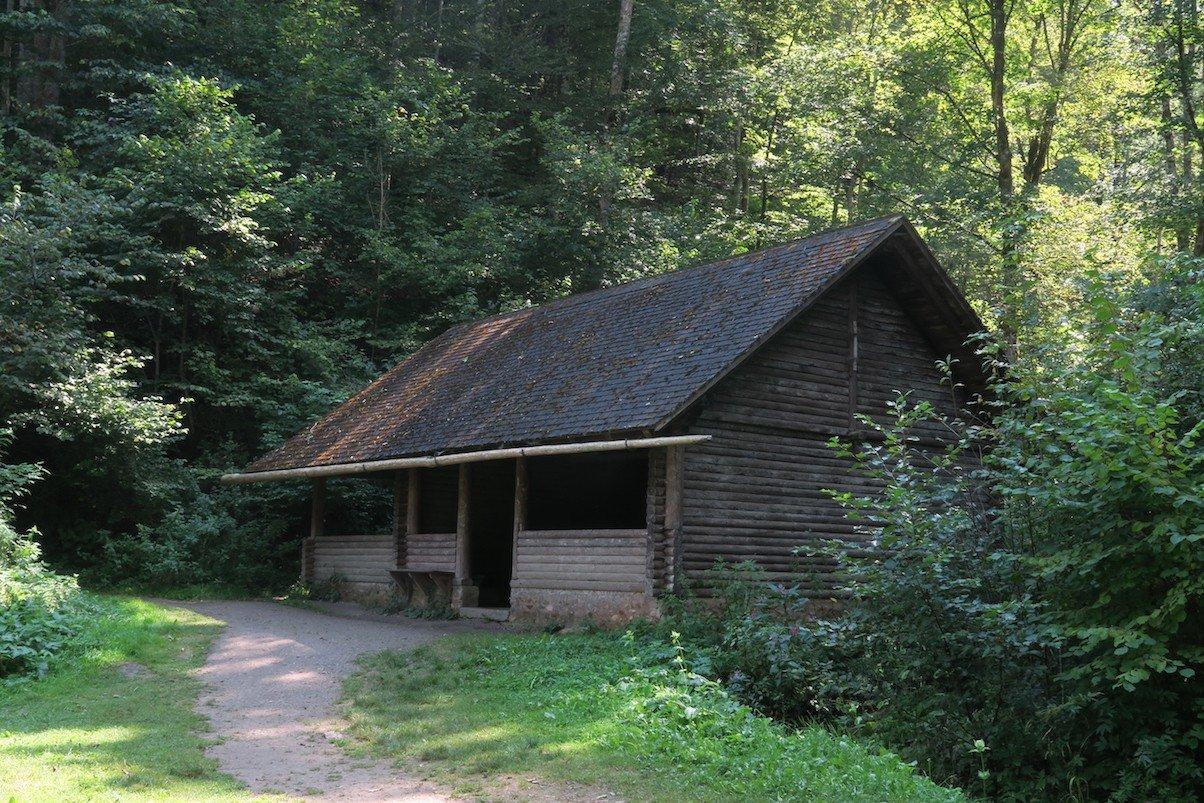 Schutzhütte am Rastplatz inmitten der Wutachschlucht