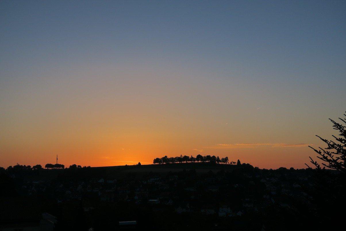 Sonnenaufgang hinter Bonndorf vom Balkon des Möhringer Schwarzwaldhotels aus