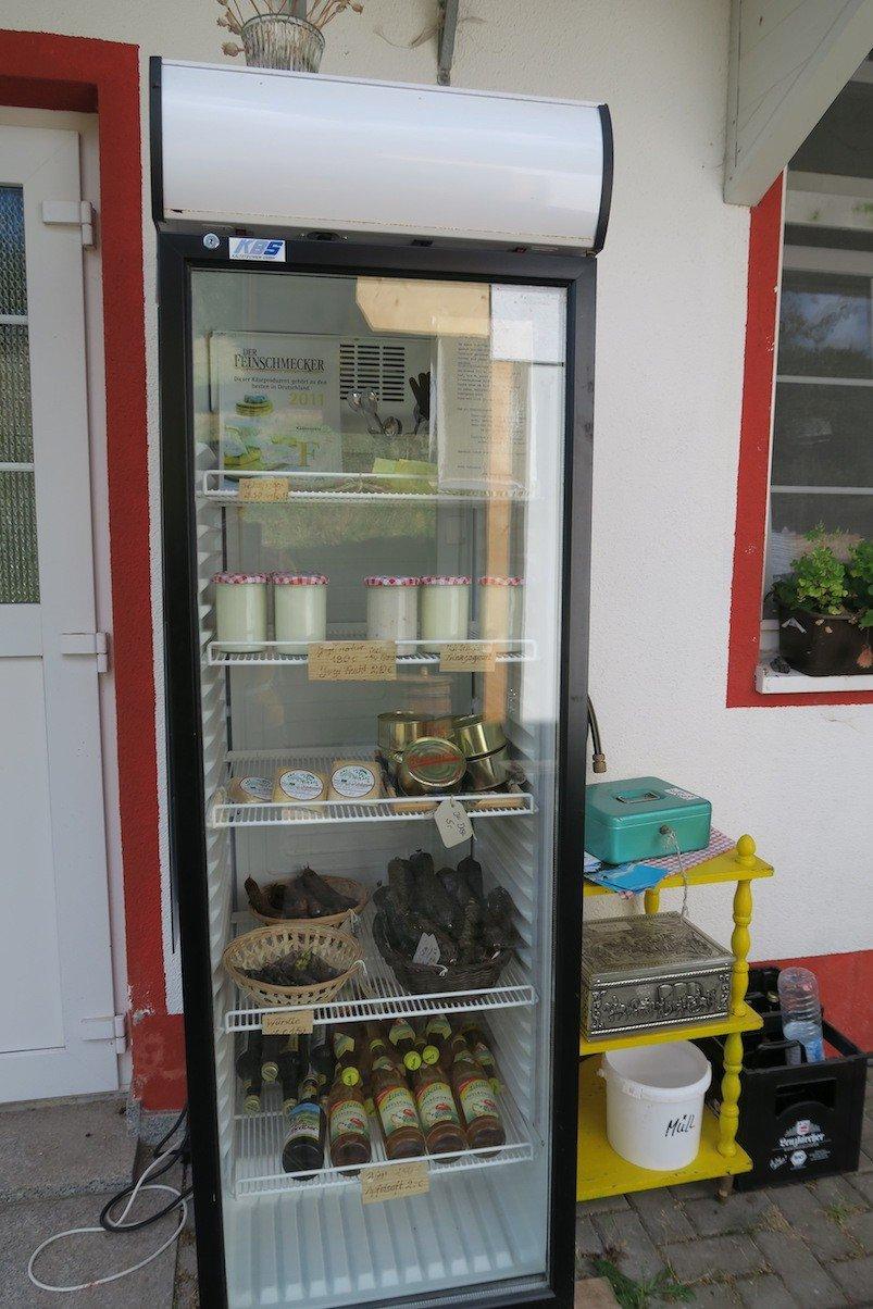 Prall gefüllter SB-Kühlschrank mit Leckereien am Schwendehof Käskessele