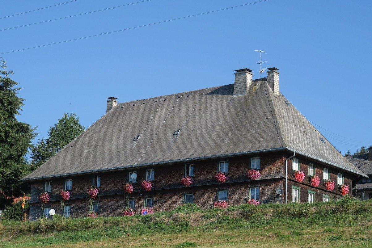 Schönes Schwarzwaldhaus oberhalb der Wegstrecke