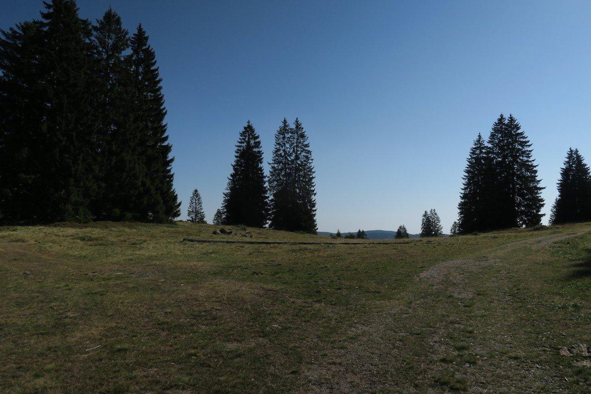 Plateau mit strahlend blauen Himmel
